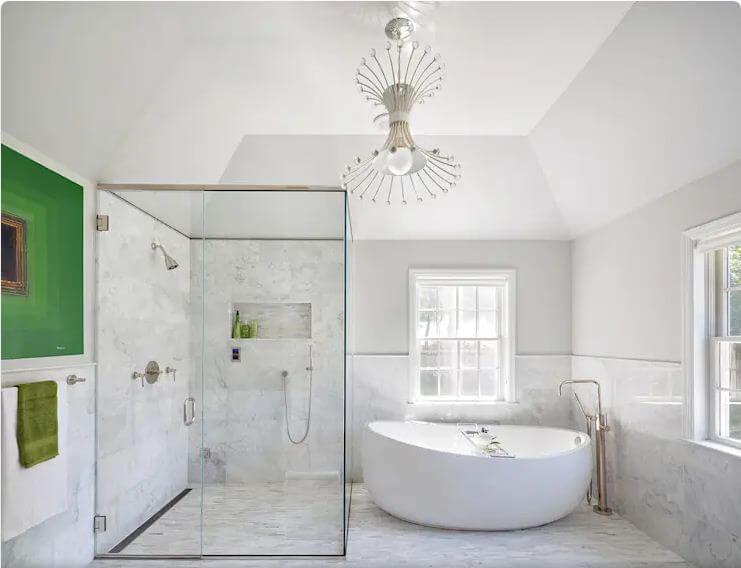 Bồn tắm màu trắng mang đến sự sang trọng cho toàn bộ căn phòng