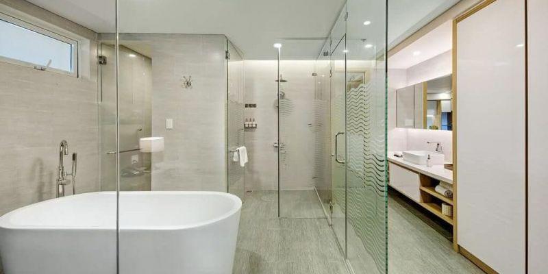 Sử dụng kính cường lực trang trí nhà vệ sinh giúp không gian phòng tắm sang trọng hơn